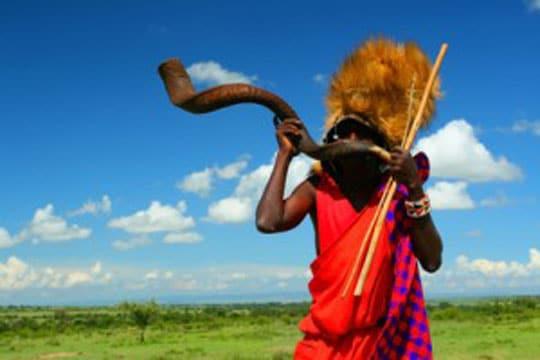 masaï blaast op toeter in Kenia