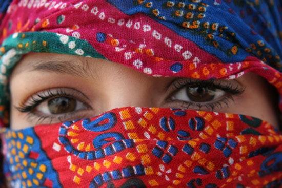 Jonge marokkaanse vrouw met hoofddoek