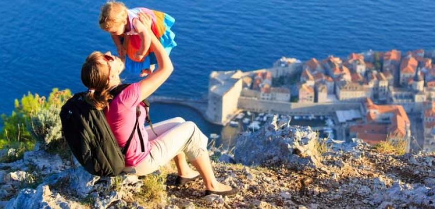 moeder houdt kind omhoog tijdens familiereis