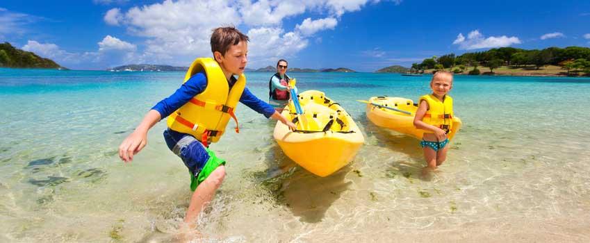 Het hele gezin op reis bij het water