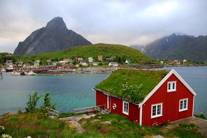 Typsch Noors huisje aan het meer in Noorwegen